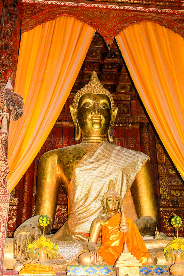 Buddha grande dourado foto de stock royalty free