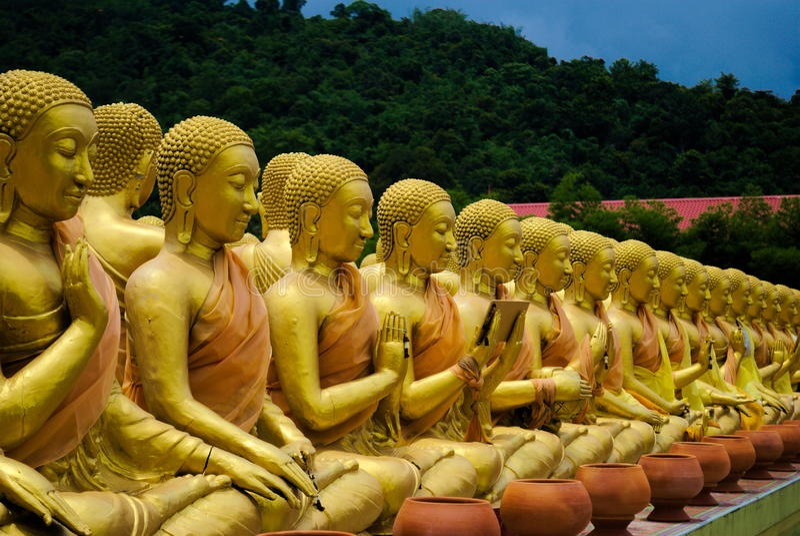 buddha guld- statyer arkivfoton