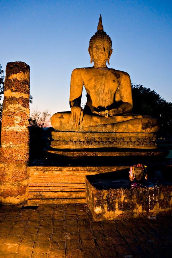 Buddha ha illuminato alla notte, Sukhothai, Tailandia, fotografie stock