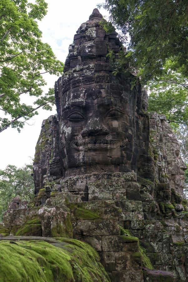 Buddha heads på den södra porten av Angkor Thom, Cambodja arkivfoton