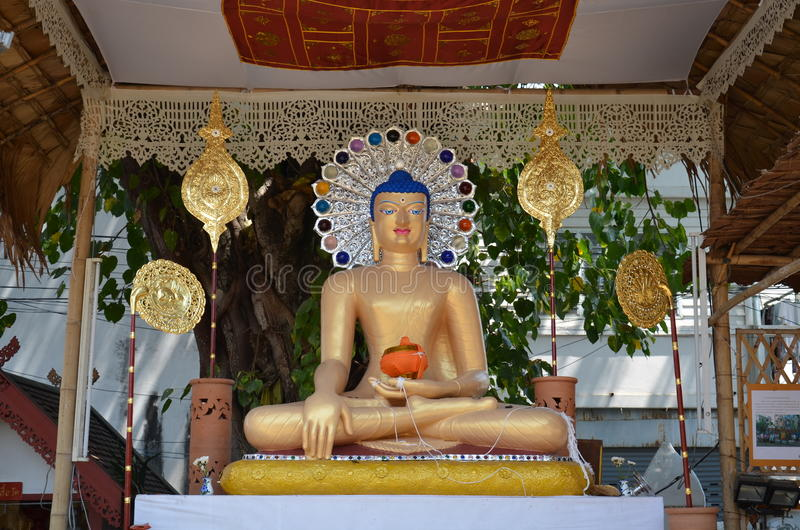 Buddha, i att underkuva Mara ställing royaltyfria foton