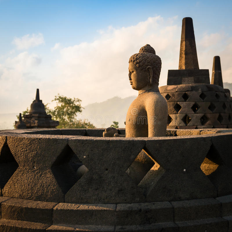 Buddha i den Borobudur templet på soluppgång. Indonesien. royaltyfria bilder