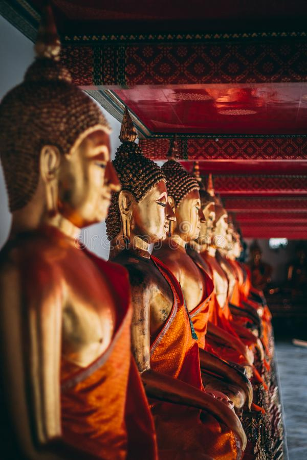 Buddha i den storslagna slotten i Bangkok arkivbild
