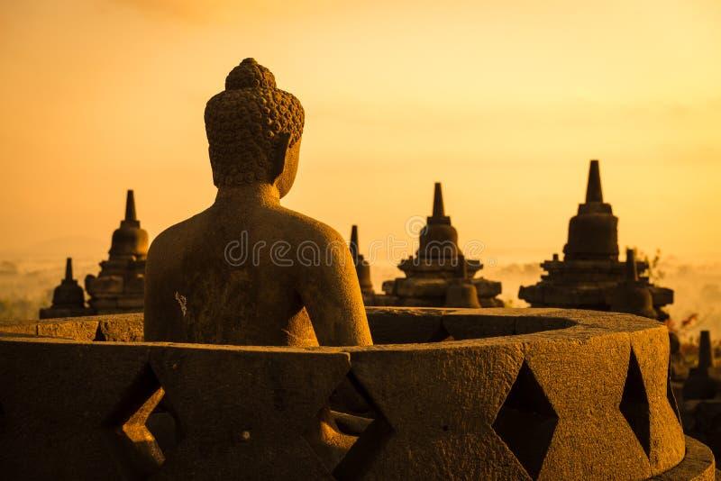 Buddha i det Borobudur tempelet på soluppgången. Indonesien. arkivfoton
