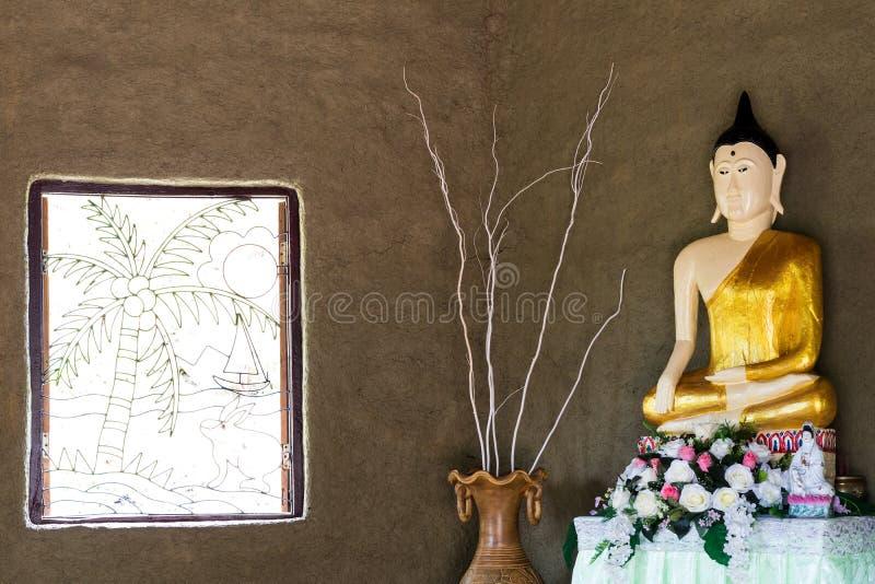 Buddha i rummet med det öppna fönstret royaltyfri foto