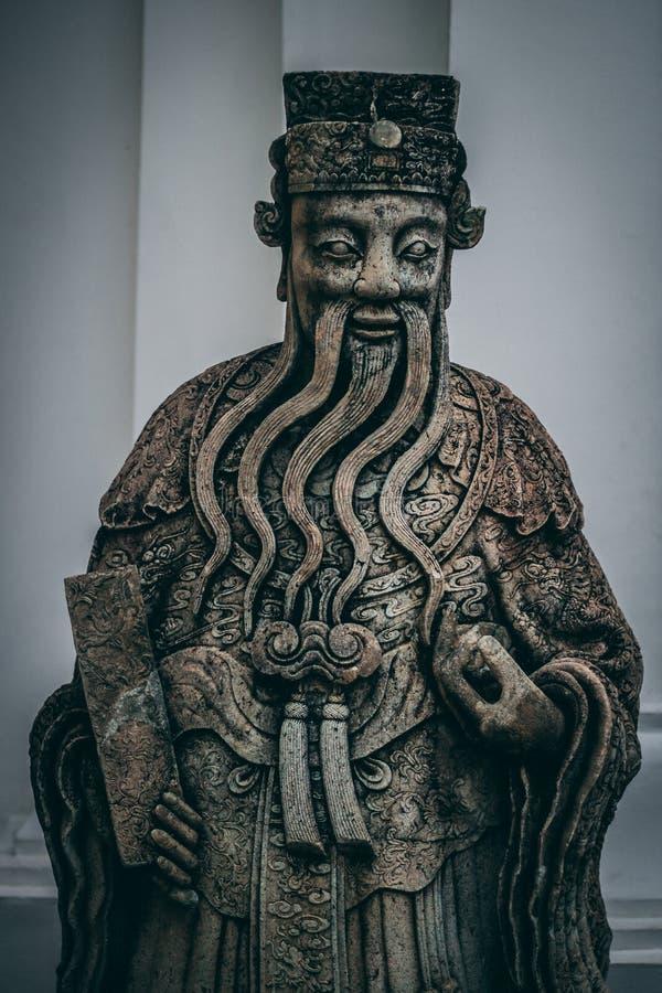 Buddha i storslagen slott bangkok tempel Gammal staty med det långa skägget Staty med härlig udde och hatten arkivbilder