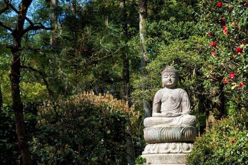 Buddha i trädgården royaltyfria foton