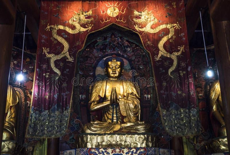 Buddha inom templet, Kina arkivbild