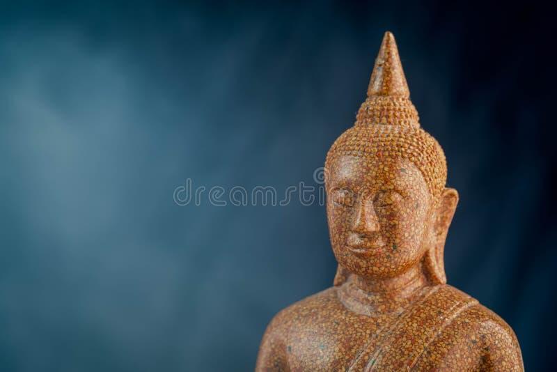 Buddha kamienia rzeźba w górę czarnego tła makro- obrazy royalty free