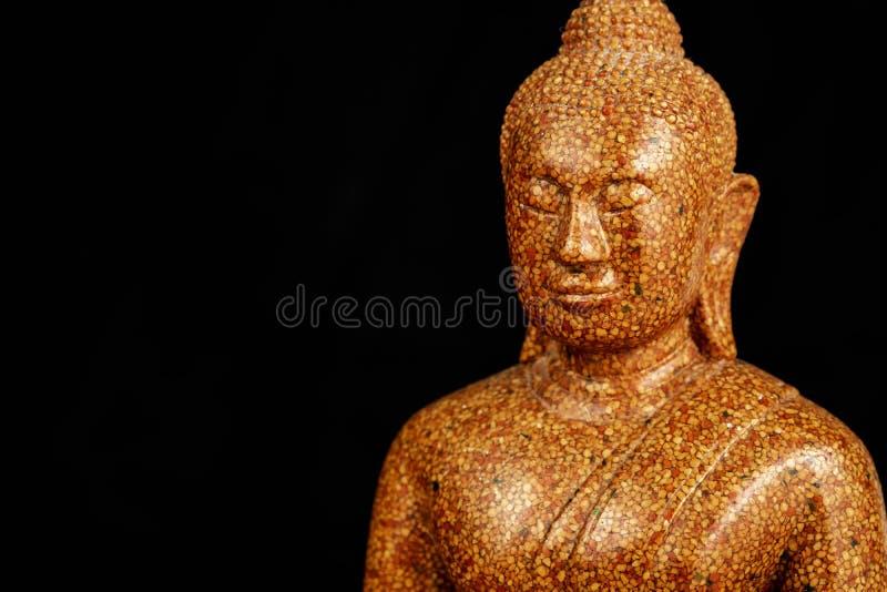 Buddha kamienia rzeźba w górę czarnego tła makro- fotografia stock