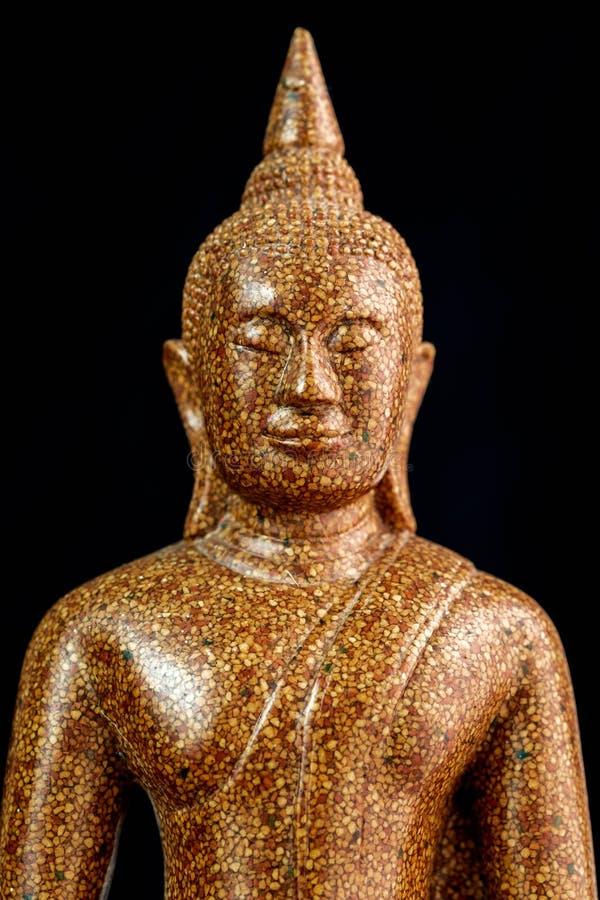 Buddha kamienia rzeźba w górę czarnego tła makro- zdjęcie stock