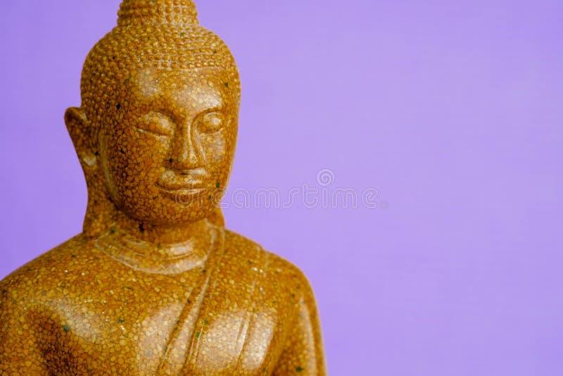 Buddha kamienia rzeźba w górę purpurowego tła makro- fotografia stock