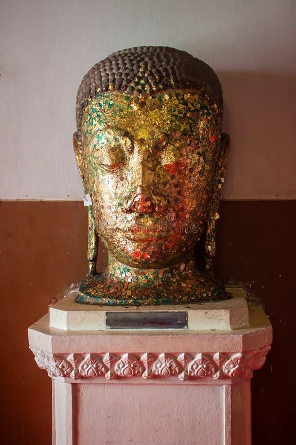 Buddha-Kopf mit goldenen Blättern lizenzfreies stockfoto