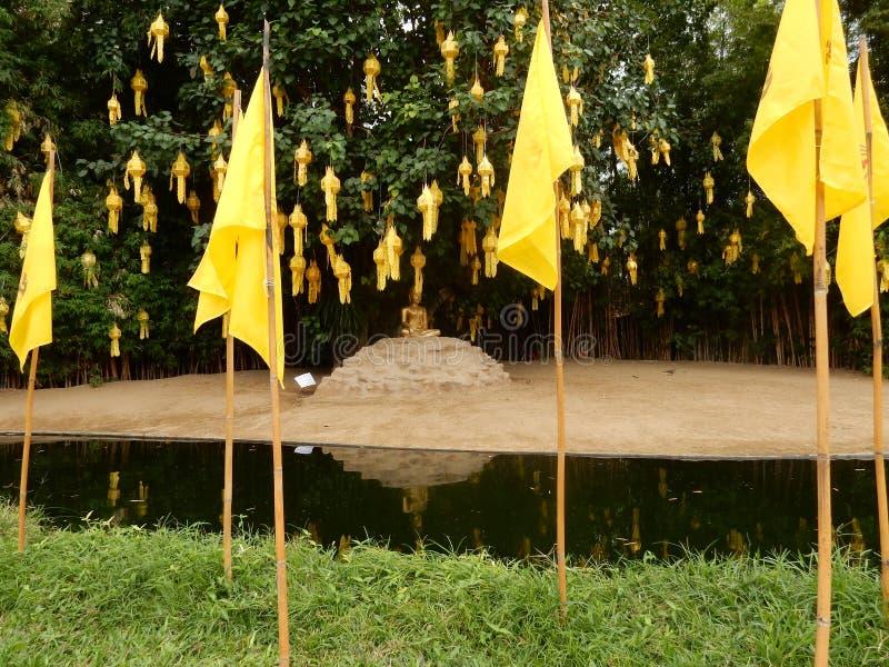 Buddha lokalisierte auf einer Insel lizenzfreie stockfotos