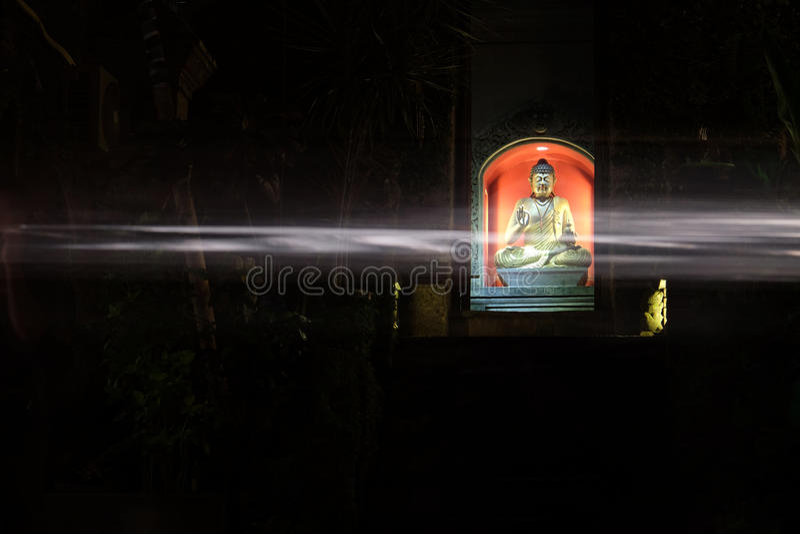 Buddha med övergående ljus arkivbilder