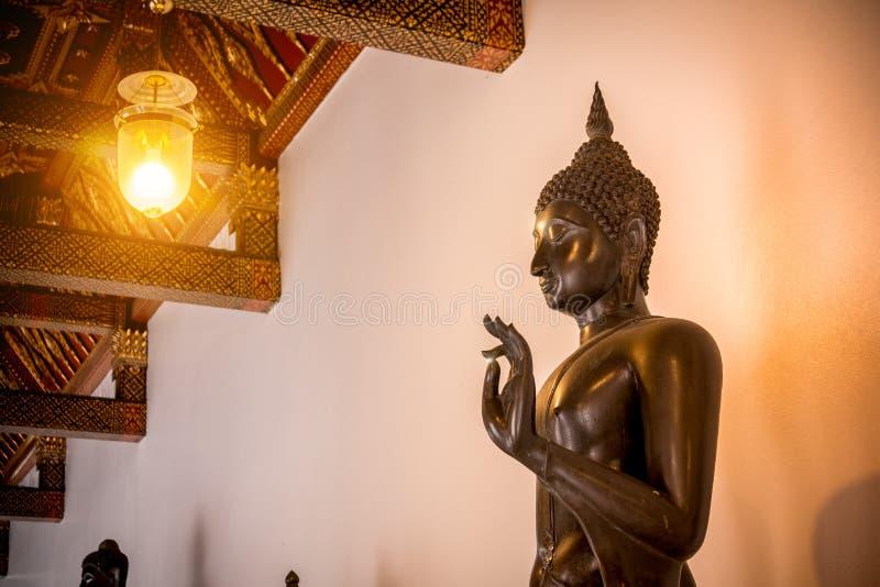 Buddha miedziuje statuę w buddyzmu kościół przy Wata Benchamabophit świątynią fotografia royalty free