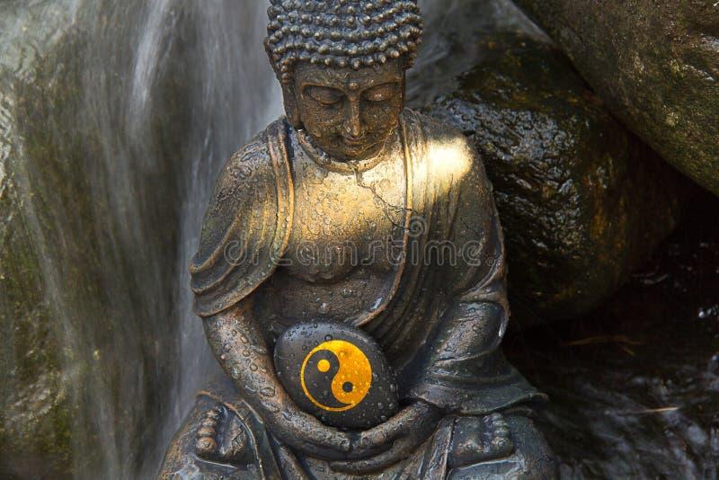 Buddha mit Yin u. Yang Sign lizenzfreie stockfotos