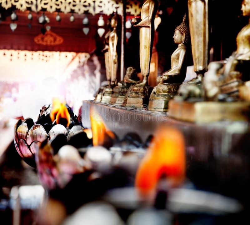 Buddha nella meditazione Offerta spirituale, viaggio Tailandia Mente pacifica fotografia stock