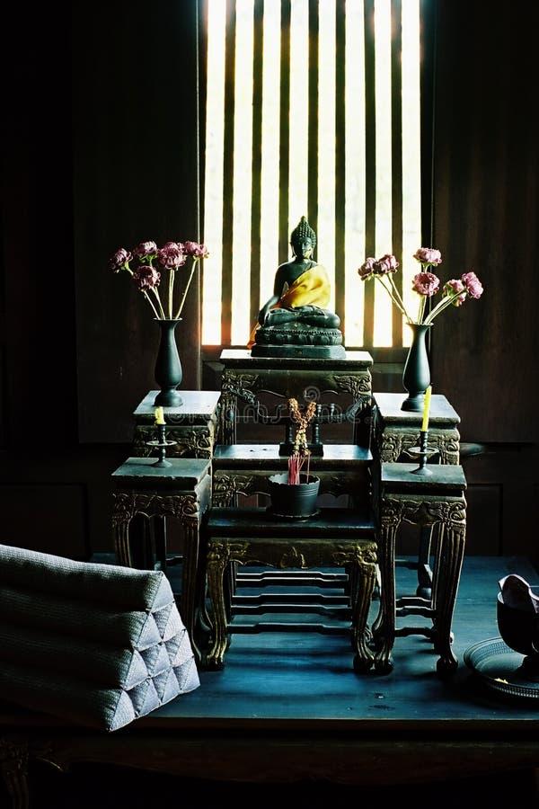 Buddha no altar no domicílio familiar fotos de stock royalty free