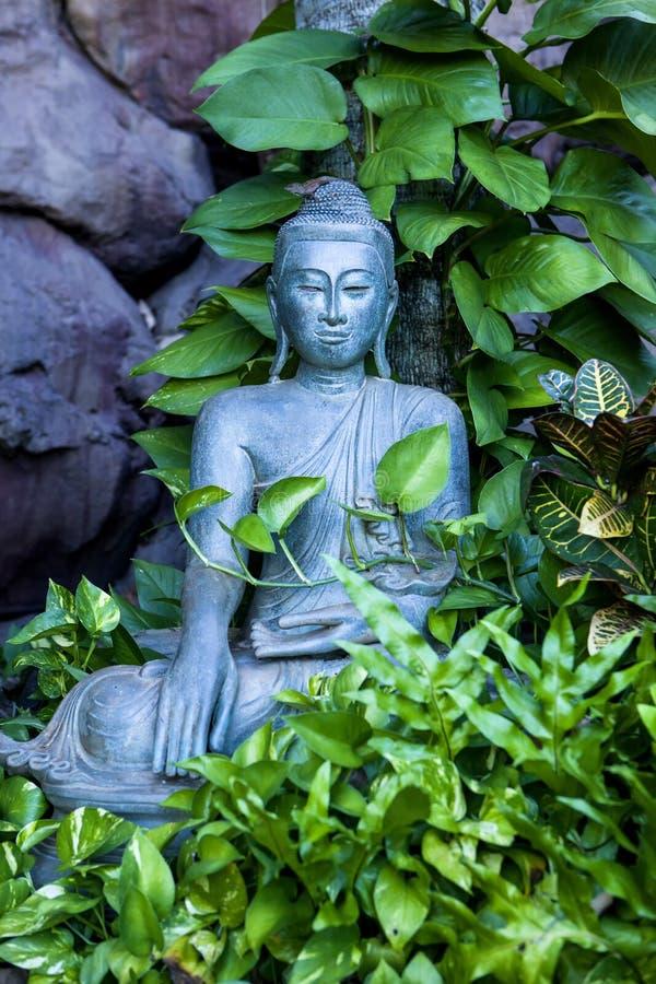 Buddha no jardim foto de stock