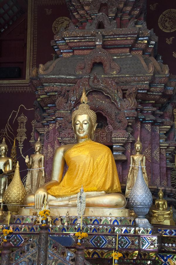 Buddha och altare på Wat Chiang Man royaltyfri bild