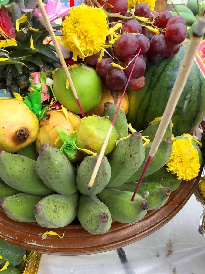 Buddha och hinduiskt erbjuda f?r frukter och f?r gr?nsaker royaltyfri bild