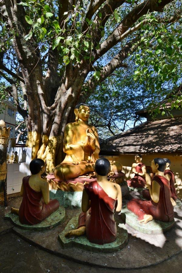 Buddha- och lärjungestatyer Taung Kalat buddistisk kloster Montering Popa Mandalay region myanmar fotografering för bildbyråer