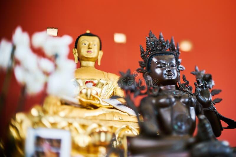 Buddha på det rött royaltyfri fotografi