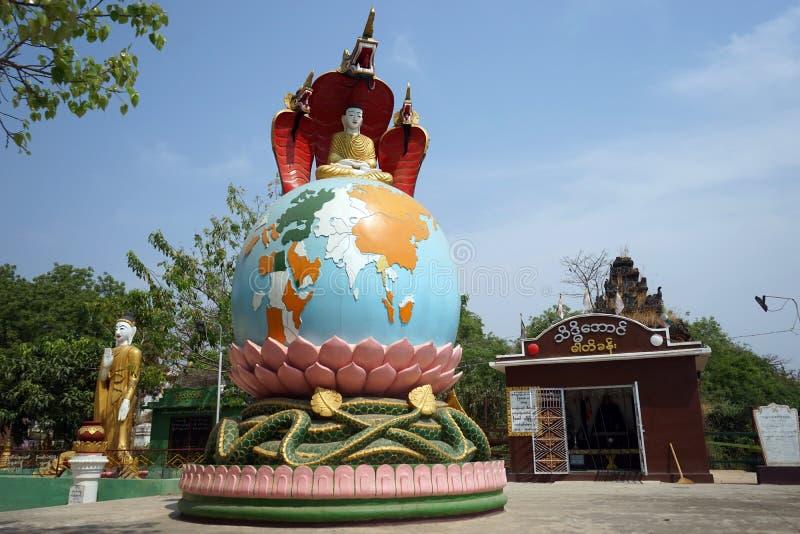 Buddha på jordklotet royaltyfri fotografi