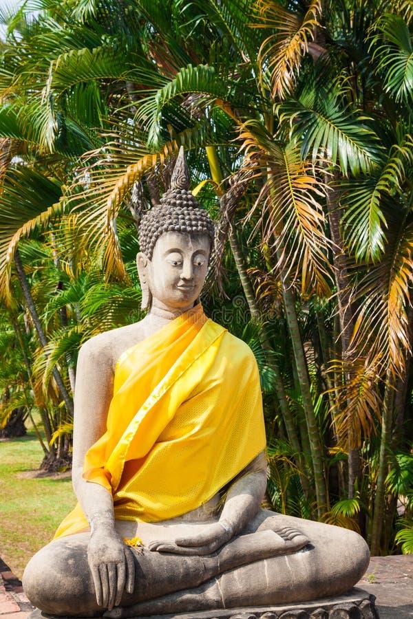 Buddha på templet av Wat Yai Chai Mongkol i Ayutthaya, Thail arkivbild