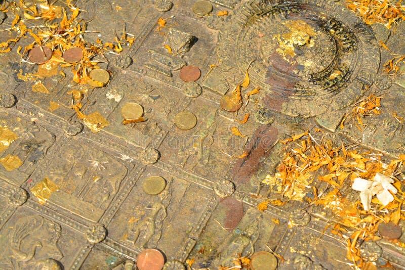 Buddha& x27; pegada de s no templo de Mahachai em Mahasarakham de Thailan fotografia de stock