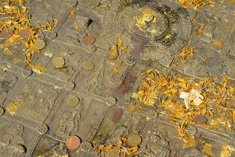 Buddha& x27; pegada de s no templo de Mahachai em Mahasarakham de Thailan imagens de stock royalty free
