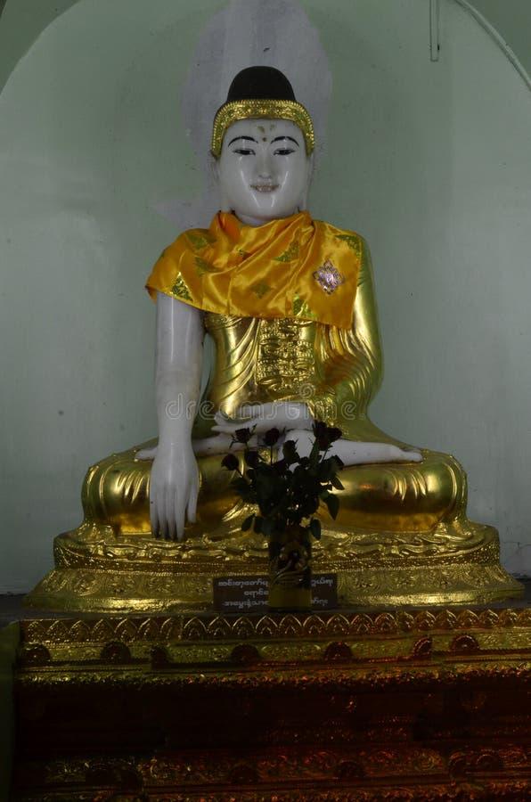 Buddha placerad staty på den Shwedagon pagoden arkivbilder