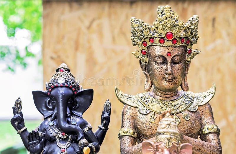 Buddha posążek w ulicznym pamiątkarskim sklepie Indiańscy pamiątkarscy posążki i rękodzieła zdjęcie royalty free