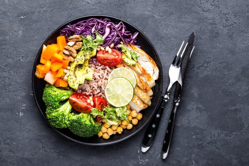 Buddha pucharu naczynie z kurczakiem polędwicowym, brown ryż, avocado, pieprz, pomidor, brokuły, czerwona kapusta, chickpea, świe obraz royalty free