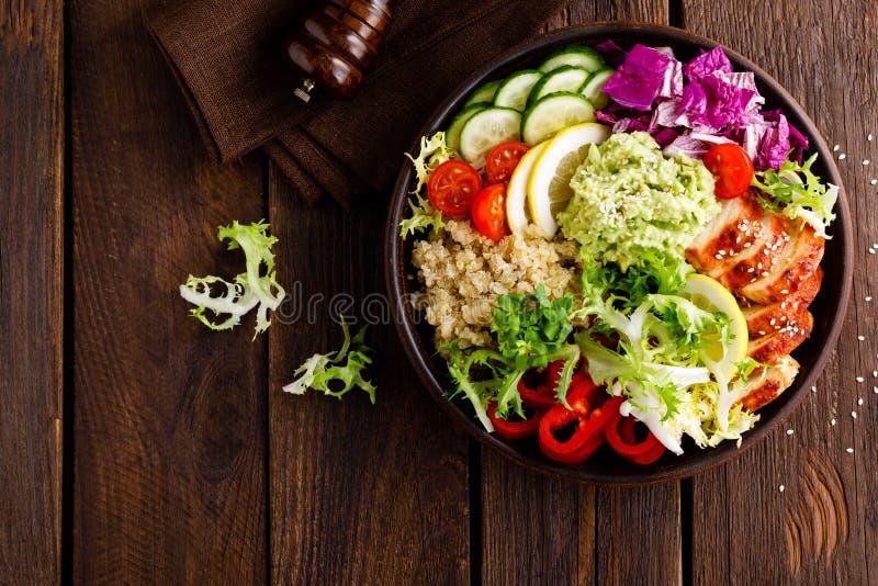 Buddha pucharu naczynie Zdrowy zrównoważony lunch z quinoa, piec na grillu kurczaka mięsem, sałaty sałatką, pieprzem, ogórkiem, p zdjęcie stock