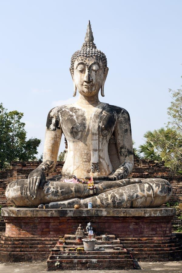 Buddha que se sienta contra el cielo azul fotografía de archivo