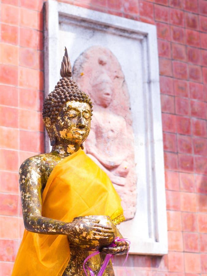 Buddha ręki chwyt datku puchar zdjęcia royalty free