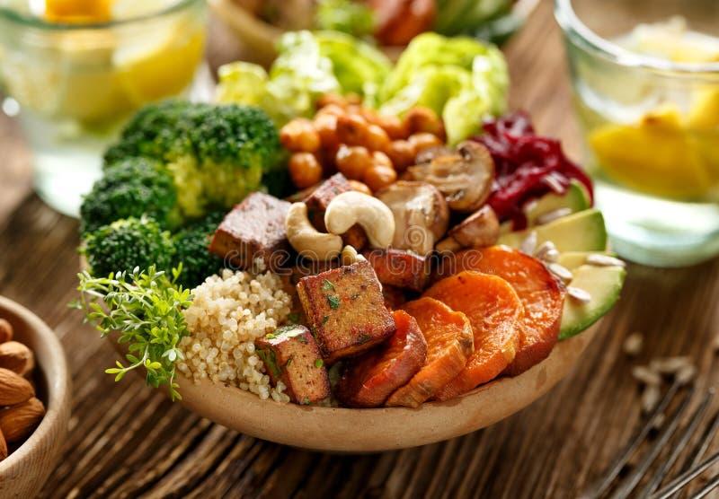 Buddha-Schüssel-, gesunde und ausgeglichenedes strengen vegetariers Mahlzeit stockbild