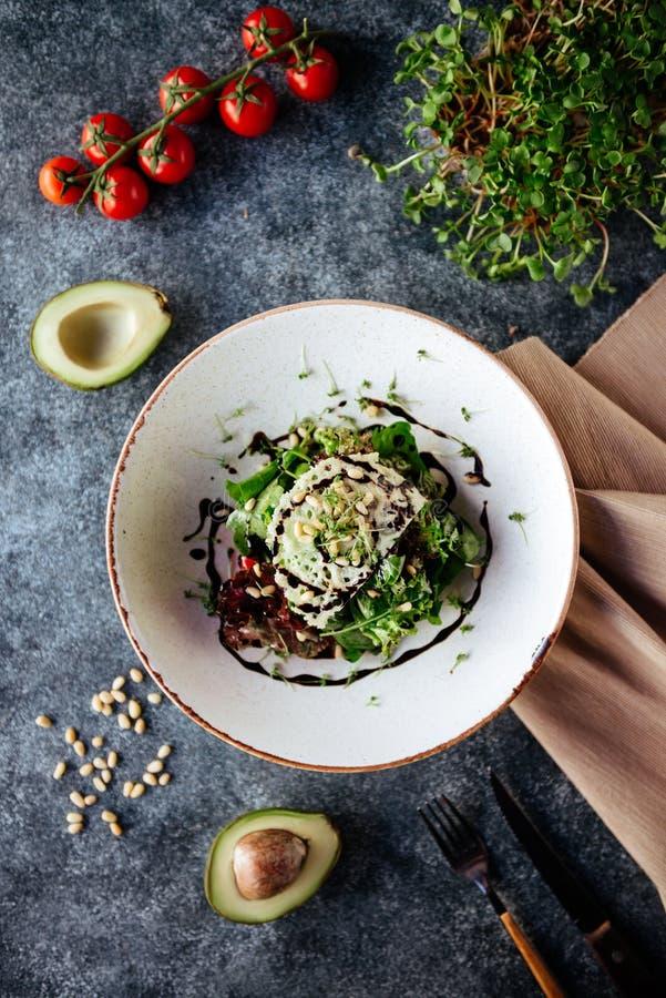 Buddha-Schüssel mit Spinatssalat, Quinoa, briet Kichererbsen, gegrilltes Huhn, Avocado, Tomaten, Gurken, Samen des indischen Sesa stockbild