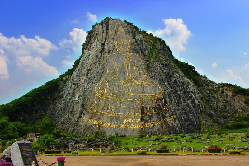 Buddha schnitzte auf dem Berg stockfoto