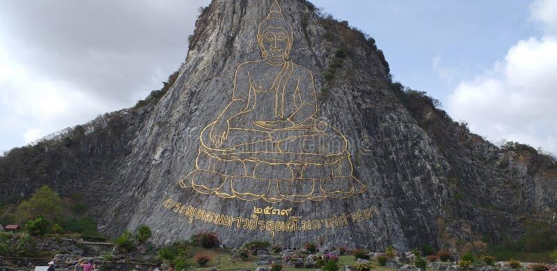 Buddha schnitzte im Berg lizenzfreies stockbild