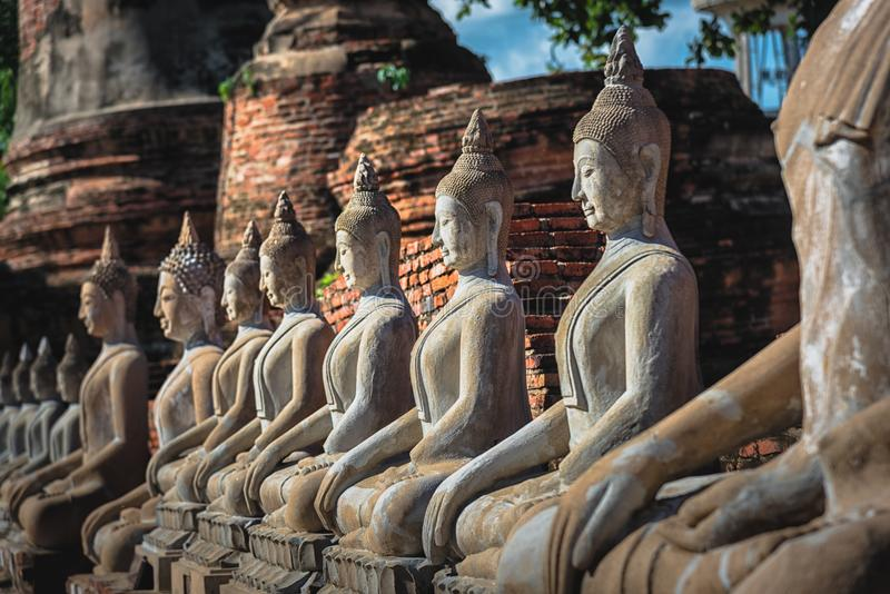 Buddha siedzi rząd wpólnie obraz stock