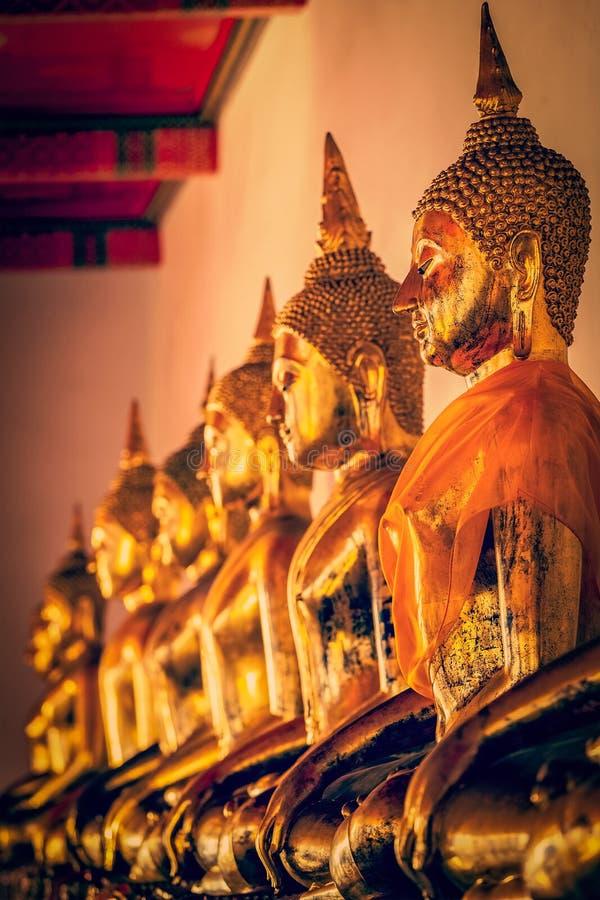 buddha sittande statyer thailand arkivfoto
