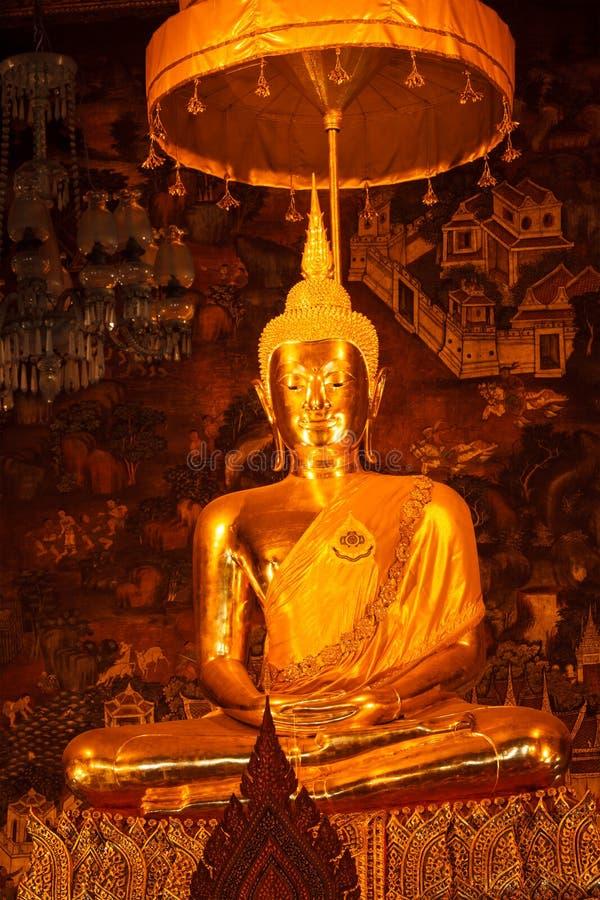 buddha sittande statyparaply under royaltyfria bilder
