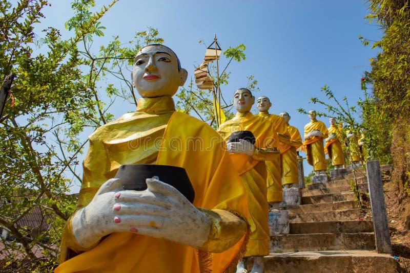Buddha som är guld- på flaggstångkullen, Kanchanaburi arkivbilder