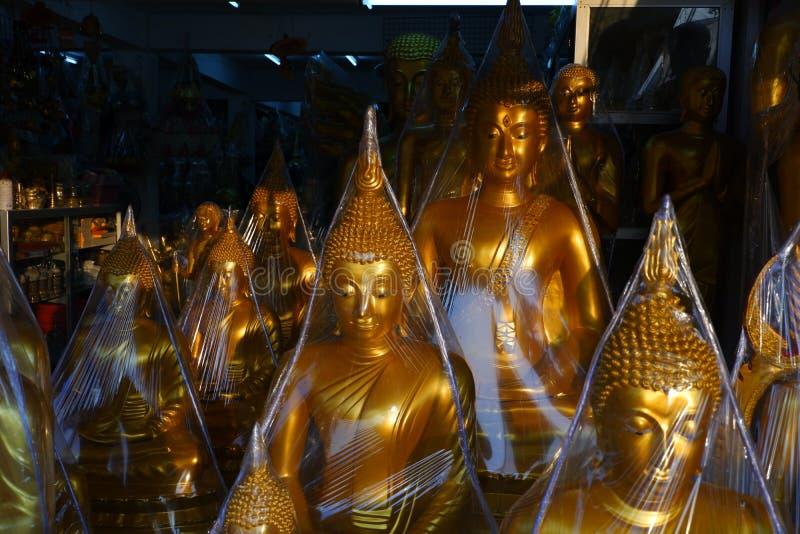 Buddha som är till salu i Buddhamarknaden arkivbild
