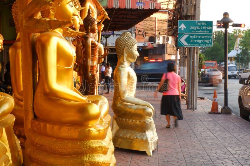Buddha som är till salu i Buddhamarknaden royaltyfri fotografi