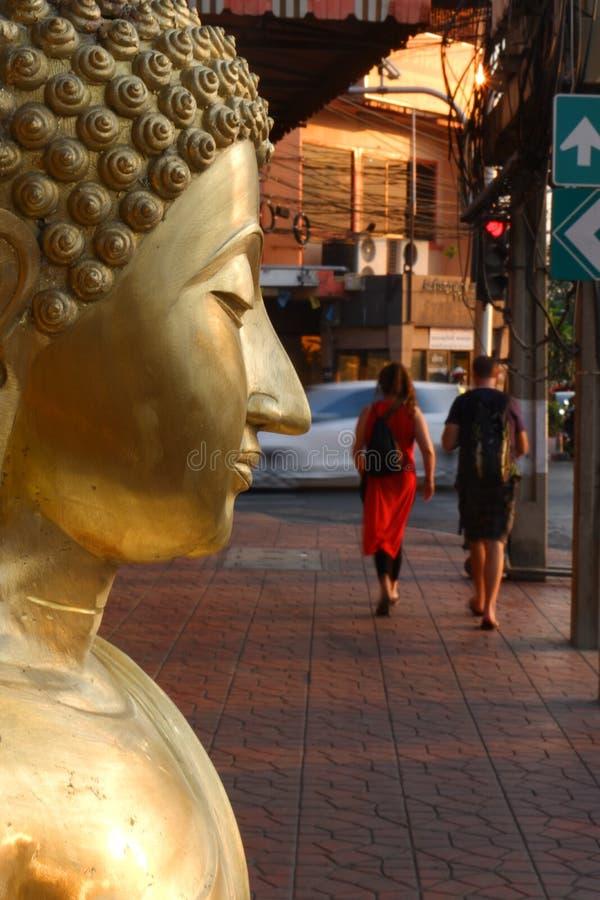 Buddha som är till salu i Buddhamarknaden royaltyfria bilder