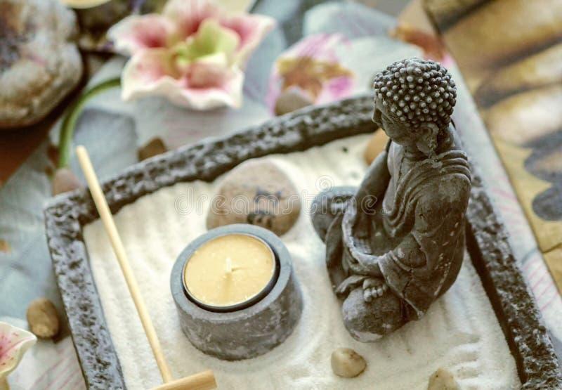 Buddha som mediterar garnering royaltyfri fotografi